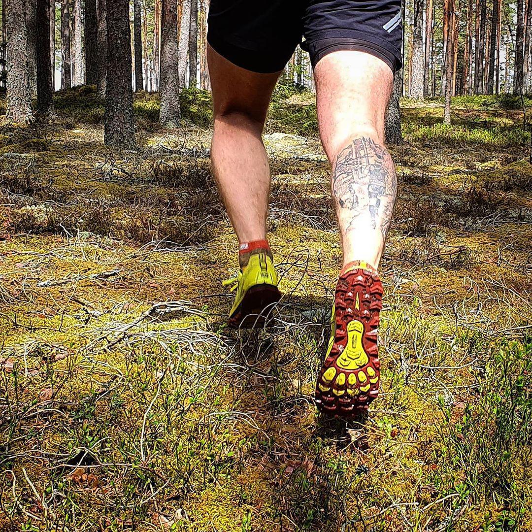 Altra Lone Peak löpning i skog